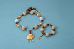 Kolie, bransoletka trykotowi i drewniani handmade koraliki Zdjęcia Royalty Free