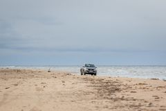KOLKA, LETÓNIA - 26 DE OUTUBRO DE 2018: A defesa de Fiat pegara o caminhão que conduz na praia imagens de stock royalty free