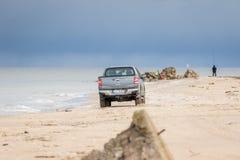 KOLKA, LETLAND - 26 OKTOBER 2018: Fiat Fullback neemt vrachtwagen het drijven in het strand op stock fotografie