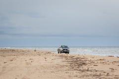 KOLKA LETTLAND - 26 OKTOBER 2018: Den Fiat backen väljer upp lastbilen som kör i stranden royaltyfria bilder