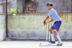 """KOLKATA, †de la INDIA """"14 de abril de 2013: Muchacho indio pobre listo para hacer un golpe en juego del grillo Foto de archivo"""