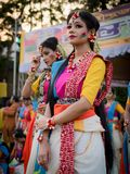 "Kolkata, Индия - 18-ое марта 2019; Студенты университета Rabindra Bharati празднуют ""Basanta Utsav ""на их кампусе в Kolkata стоковые фотографии rf"