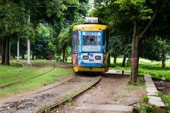 KOLKATA, ИНДИЯ - 15-ое января 2019: Трамвай исторических и наследия Калькутта бежать на следе внутри стоковые фотографии rf