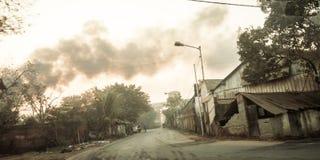 Kolkata, Inde - 1er mai 2018 - le feu brûlant du tas de déchets dans la zone industrielle, entraînant une grandes flamme et fumée photo libre de droits