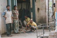 KOLKATA, INDIA †'KWIECIEŃ 12, 2013: Niewykwalifikowana indyjska rzemieślnik praca bez obserwować środki bezpieczeństwa Obraz Royalty Free