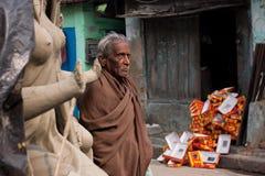 KOLKATA, INDIA - 15 JANUARI: Bejaarde Aziatische mensentribunes op de straat Stock Foto