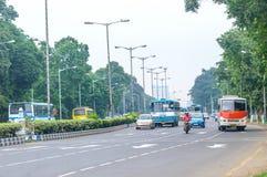 KOLKATA, INDIA, AZIË - 5 MEI 2017: Stad op een spitsuur bij dag Vehicals beweegt zich vooruit op een bezige stadsstraat en auto's stock fotografie