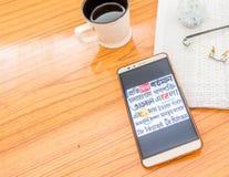 Kolkata, India, 3 Februari, 2019: Alle Bengaalse kranten in een keer zichtbaar op het mobiele die telefoonscherm prachtig over ho royalty-vrije stock foto's