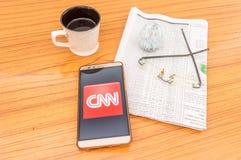 Kolkata, India, 3 Februari, 2019: CNN-nieuwsapp toepassing zichtbaar op het mobiele die telefoonscherm prachtig over een houten l royalty-vrije stock afbeelding