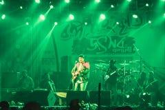 Kolkata India 1 Mei 2019 - Gitarist die het trefpunt van het rotsoverleg met aangestoken heldere kleurrijke stadiumlichten en ven stock foto