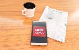 Kolkata, Indien, am 3. Februar 2019: BBC-Nachrichten Appanwendung sichtbar auf dem Handyschirm schön gesetzt über einen Holztisch lizenzfreie stockfotos