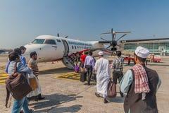 KOLKATA, INDIEN - 2. NOVEMBER 2016: Bombenschütze Q400 von Biman Bangladesh Airlines bei Netaji Subhas Chandra Bose lizenzfreie stockfotografie