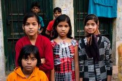 KOLKATA INDIEN: Oidentifierade barn poserar på gatan efter skolagrupper Arkivfoton