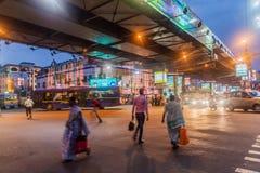 KOLKATA INDIEN - OKTOBER 28, 2016: Aftonsikt av Acharya Jagadish Chandra Bose Rd Flyover i Kolkata, Ind arkivbild