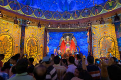 KOLKATA, INDIEN - 3. OKTOBER 2014: Durga Puja-Festival, verziertes pandal Stockfotografie