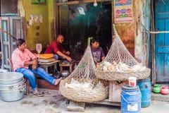 KOLKATA, INDIEN - 31. OKTOBER 2016: Hühnerverkäufer in der Mitte von Kolkata, Ind stockfotos