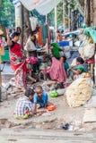 KOLKATA INDIEN - OKTOBER 30, 2016: Hemlösa familjer i mitten av Kolkata, Ind arkivfoton