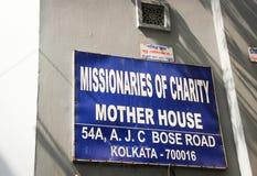 KOLKATA INDIEN - OKTOBER 25: Tecken på ingången att fostra Teres Arkivfoto