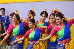 Kolkata, la India - 18 de marzo de 2019; Los estudiantes de Rabindra Bharati University celebran ?Basanta Utsav ?en su campus en  imagen de archivo