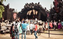 KOLKATA, la INDIA 26 DE SEPTIEMBRE DE 2017 - Durga Puja adornada pandal por la ma?ana de Saptami Muchedumbre recolectada fuera de fotos de archivo