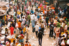 KOLKATA, LA INDIA: Muchedumbre grande de gente móvil en el mercado de la flor de Mullik Ghat Imagenes de archivo