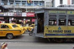 KOLKATA, LA INDIA -: Tranvía tradicional en M g Camino el 21 de septiembre de 2011 Imagen de archivo