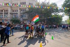 KOLKATA, WEST-BENGALEN, INDIA - MAART EENENTWINTIGSTE 2015: Kinderen die en bij Parkstraat rollerskating toejuichen voor royalty-vrije stock foto