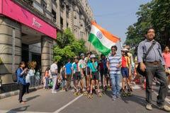 KOLKATA, WEST-BENGALEN, INDIA - MAART EENENTWINTIGSTE 2015: Kinderen die en bij Parkstraat rollerskating toejuichen voor royalty-vrije stock afbeeldingen