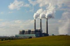 Kolkraftväxt med koldioxid som kommer från fabriksskorsten Arkivbild