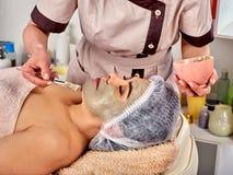 KollagenGesichtsmaske Gesichtshautbehandlung Frau, die kosmetisches Verfahren empfängt lizenzfreie stockbilder