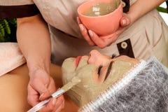 KollagenGesichtsmaske Gesichtshautbehandlung Frau, die kosmetisches Verfahren empfängt Stockbild