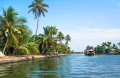 Kollam Indien 2017: Fiskebåt på floden nära Kollam på Kerala avkrokar, Indien fotografering för bildbyråer