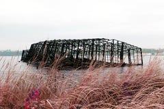 Kollapsad byggd metallstruktur av en pir i Hudson River i New York i färginfrared Arkivfoton