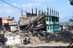 Kollapsad byggnad efter jordskalvkatastrof Royaltyfria Bilder
