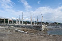 Kollapsad byggnad lämnade över efter tsunami i Palu, Indonesien arkivbild