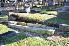 Kollapsad kyrkogårdvägg Arkivbilder