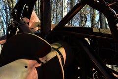 Kollapsad olje- borrtorn i skogen royaltyfria bilder