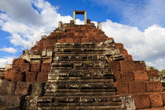 Kollapsad pyramid i den Bapuon templet Arkivfoto