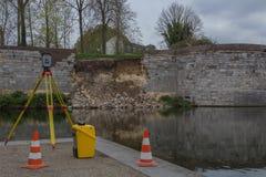 Kollapsad stadsvägg i Maastricht som mätas för närvarande för aktuellt tillstånd royaltyfri bild