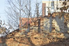 Kollapsande gammal byggnad, ingen önskade Royaltyfria Foton