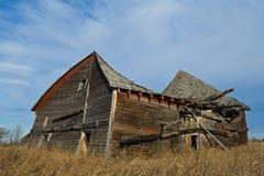 Kollapsande gammal ladugård i nedgång Arkivbild