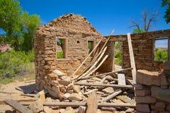 Kollapsat tak på stenhus Arkivbild