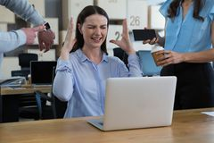 Kollegavisningtid och mobiltelefon till den frustrerade kvinnan Arkivfoton
