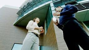 Kollegegespräch während eines Bruches Lizenzfreies Stockfoto