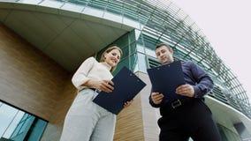 Kollegen analysieren Dokumente Lizenzfreie Stockfotos