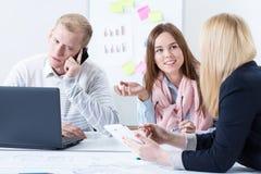 Kollegen besprechen sich im Büro Lizenzfreies Stockfoto