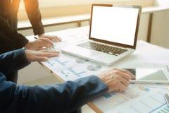 Kollegen des Geschäftsteams zwei, die Finanzdiagramm des neuen Planes besprechen Stockfotos