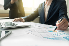 Kollegen des Geschäftsteams zwei, die an Finanzdiagrammdaten besprechen Stockfotografie