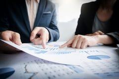 Kollegen des Geschäftsteams zwei, die an Finanzdiagrammdaten besprechen Lizenzfreie Stockfotografie