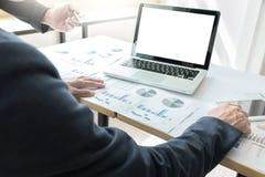 Kollegen des Geschäftsteams zwei, die an Finanzdiagrammdaten besprechen Lizenzfreies Stockbild